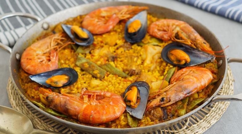Paella de arroz y azafran