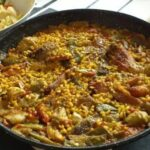 paella de conejo y pollo con azafran